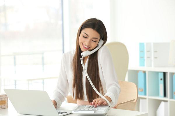Segretaria-al-telefono-con-i-clienti